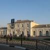 Здание железнодорожного вокзала, турникеты контролёры... Вид изнутри города